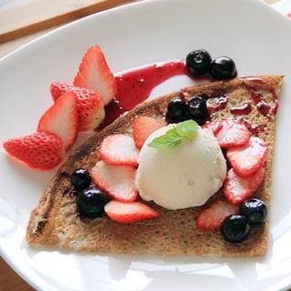 レシピ画像:いちごとブルーベリーのアイスクリームガレット