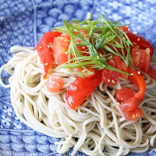 レシピ画像:トマトと焼きパプリカのそばサラダ