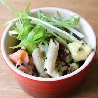 レシピ画像:スモークサーモンとアボカドのそばペンネサラダ