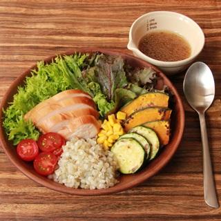 レシピ画像:サラダチキンと国産そばの実のベジボウル