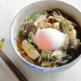 レシピ画像:鶏と温泉卵のきのこそば